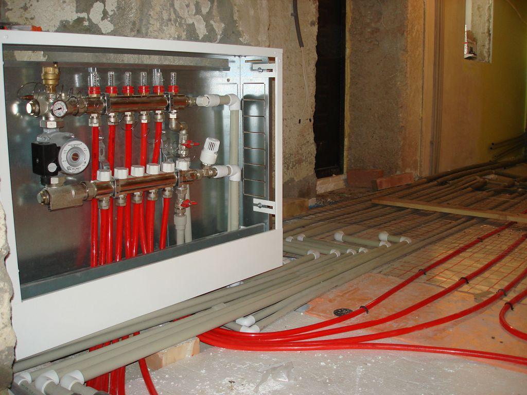 В коробе из гипсокартона располагается электрощит и краны для водяного тёплого пола
