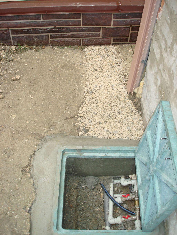 Уличный люк с кранами для резервного водоснабжения домов