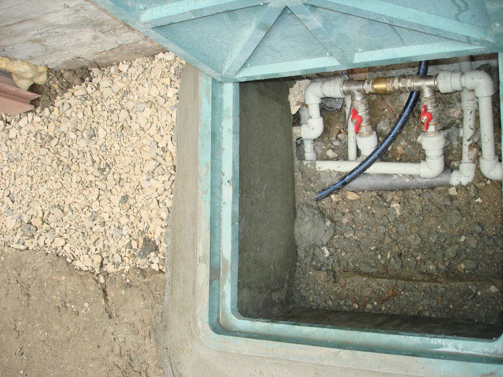 Через люк проходят трубы отопления, водопровода, наполнительная и напорная труба резервного водоснабжения, диния рециркуляции