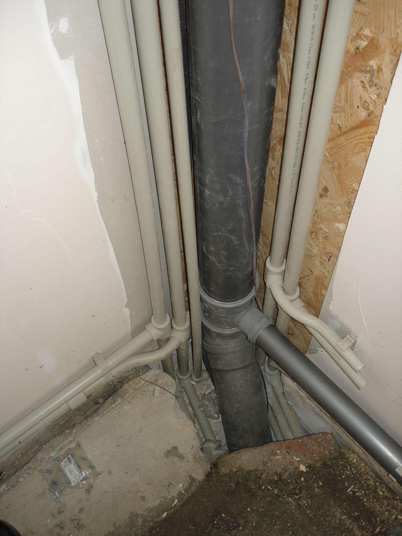 Отопительные и водопроводные трубы в полу