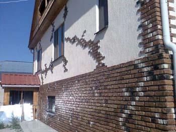 Декоративная штукатурка и дерево на фасаде