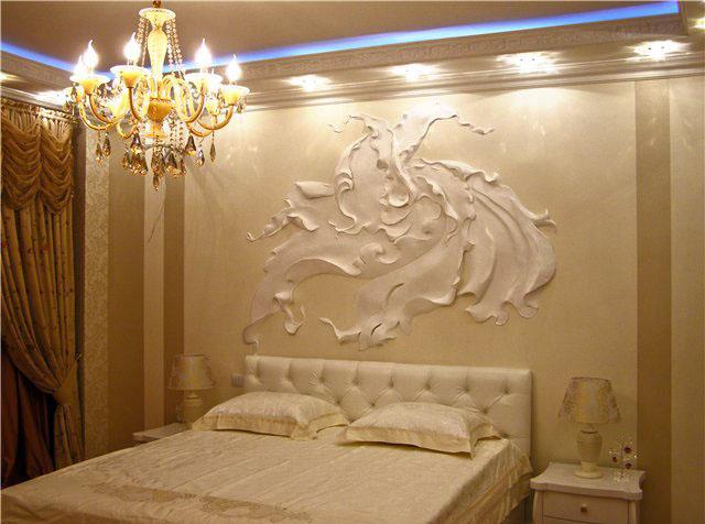 Рельефная ручная лепка а спальне