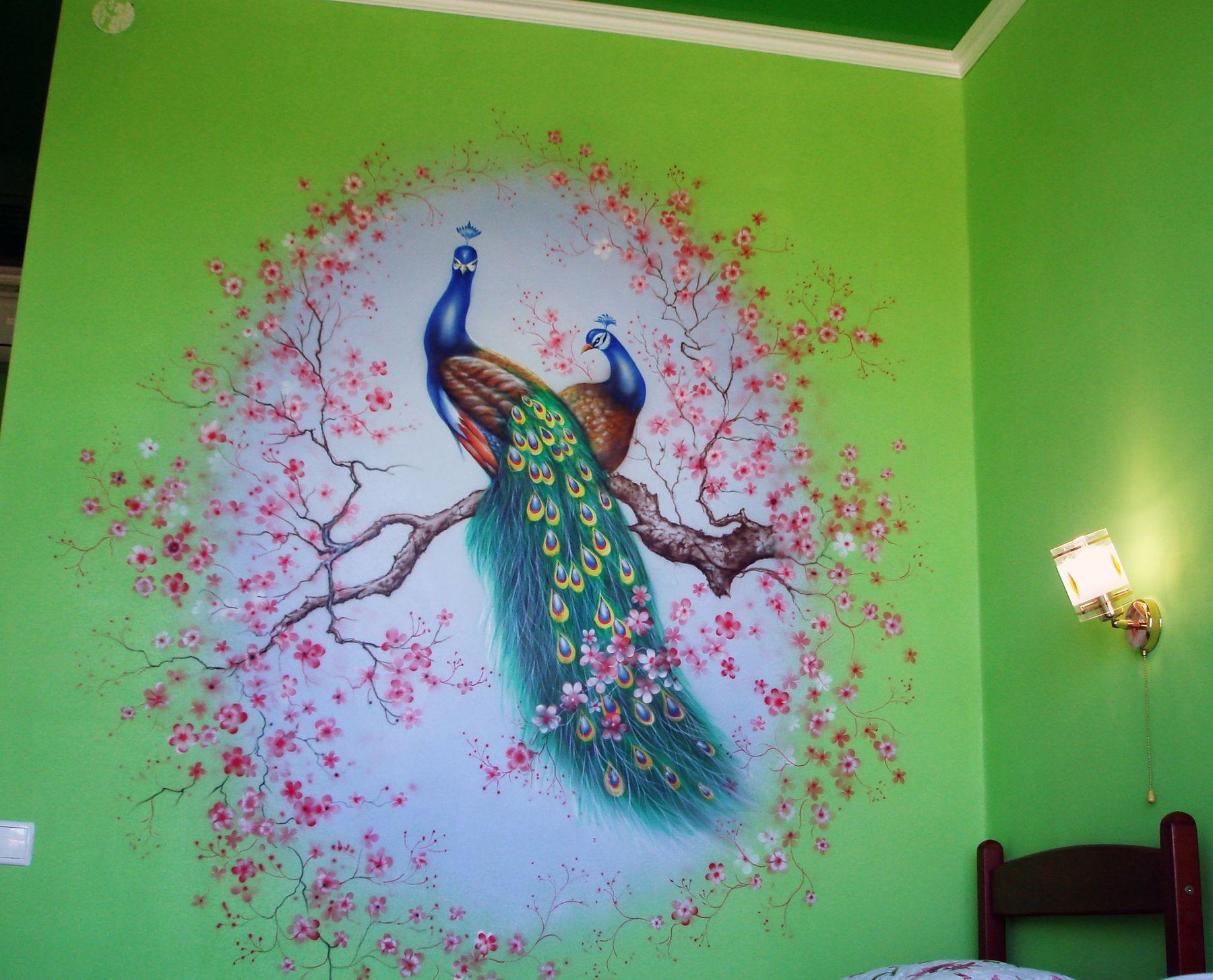 Украшение стены росписью - Павлины